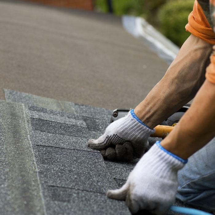 Dachdecker von Klammler bei der Arbeit