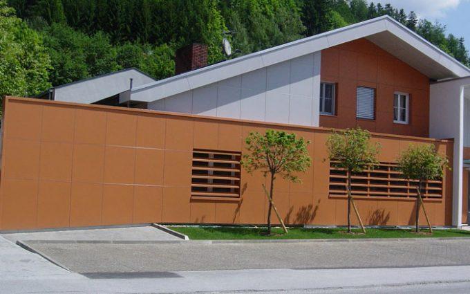 Modernes Haus mit schrägem Dach und Eternid-Fassadengestaltung