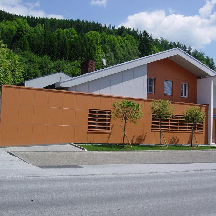 Modernes Haus mit schrägem Dach und Fassadengestaltung