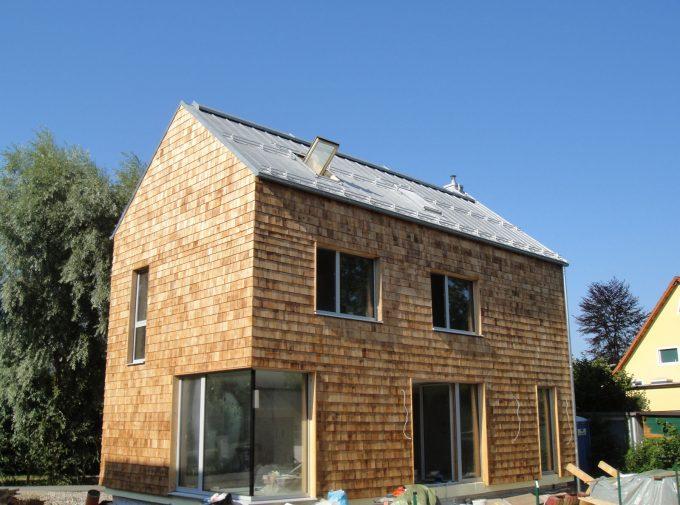 Haus mit Blechdach und Holzschindeln