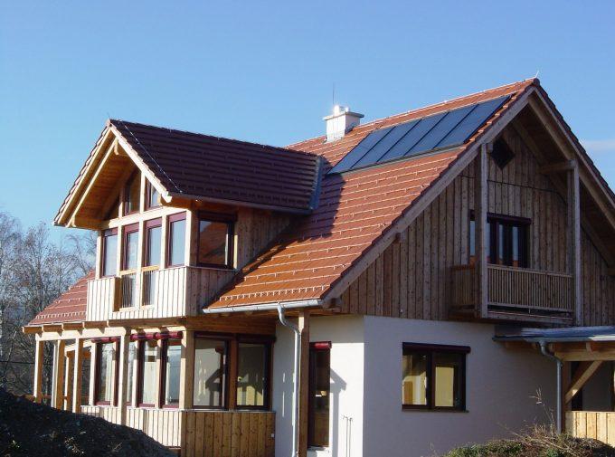 Dach mit Solaranlagen und Gaube von Klammler