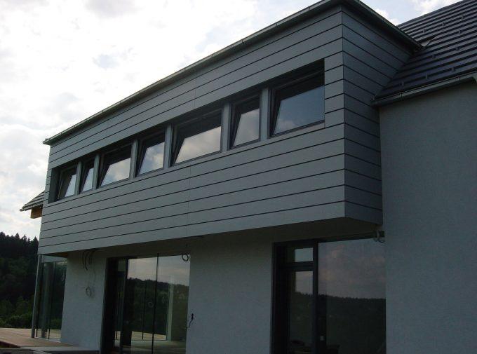 Flaches Dach und passende Fassadengestaltung