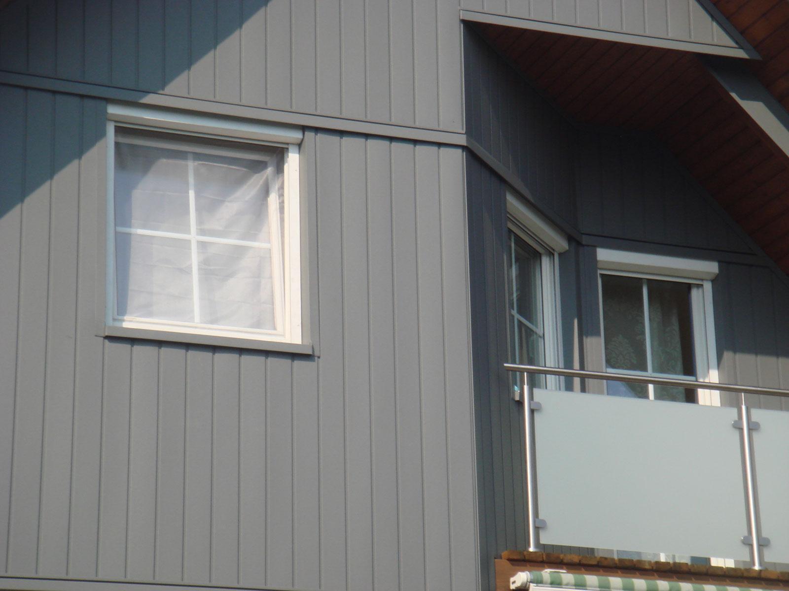 Detail von grauer, wetterfester Fassadengestaltung