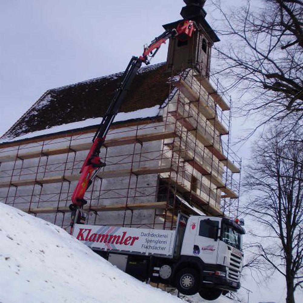 Kranwagen vor Klammler für Sanierung eine Kirche