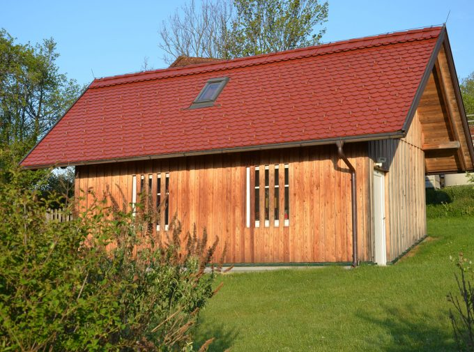 Rotes Dach für Holzhäuschen