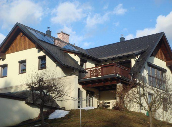 Rustikales Wohnhaus mit Dach von Klammler