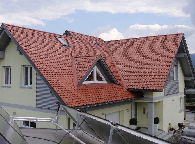Dach mit Giebeln und Dachfenstern