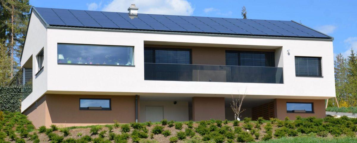 Dach mit Solaranlage aus dem Almenland