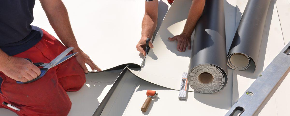 Dachdecker von Klammler bei Flachdachsanierung