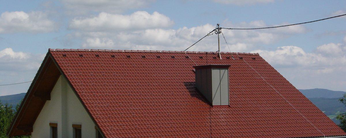 Dach mit Kamin und Blitzableiter im Almenland