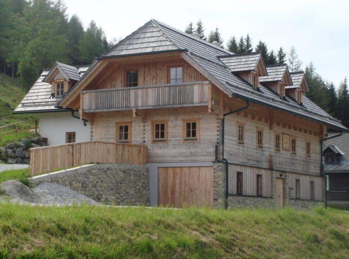 Rustikal eingedecktes Haus