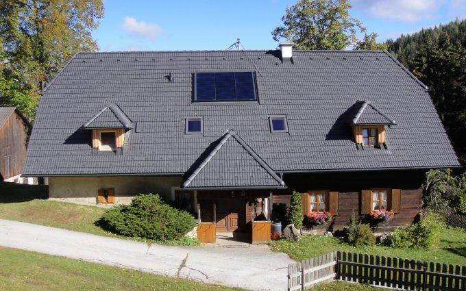 Dach mit Solarplatten in der Steiermark