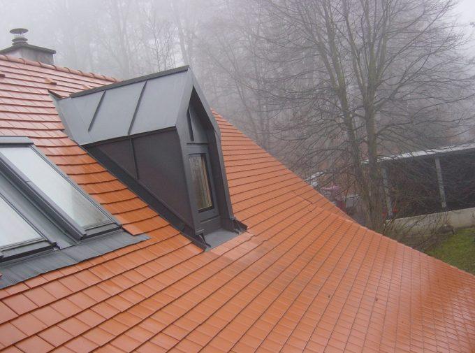 Frisch eingedecktes Haus in Rotbraun