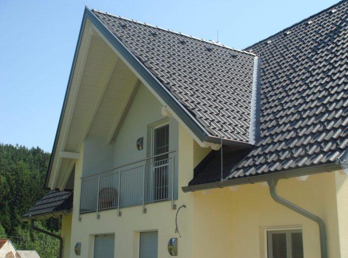 Dachdecker-Arbeiten bei Dachgiebel