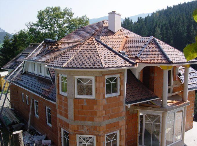 Haus mit Turm neu eingedeckt