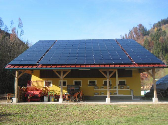 Dach mit Solarpaneelen